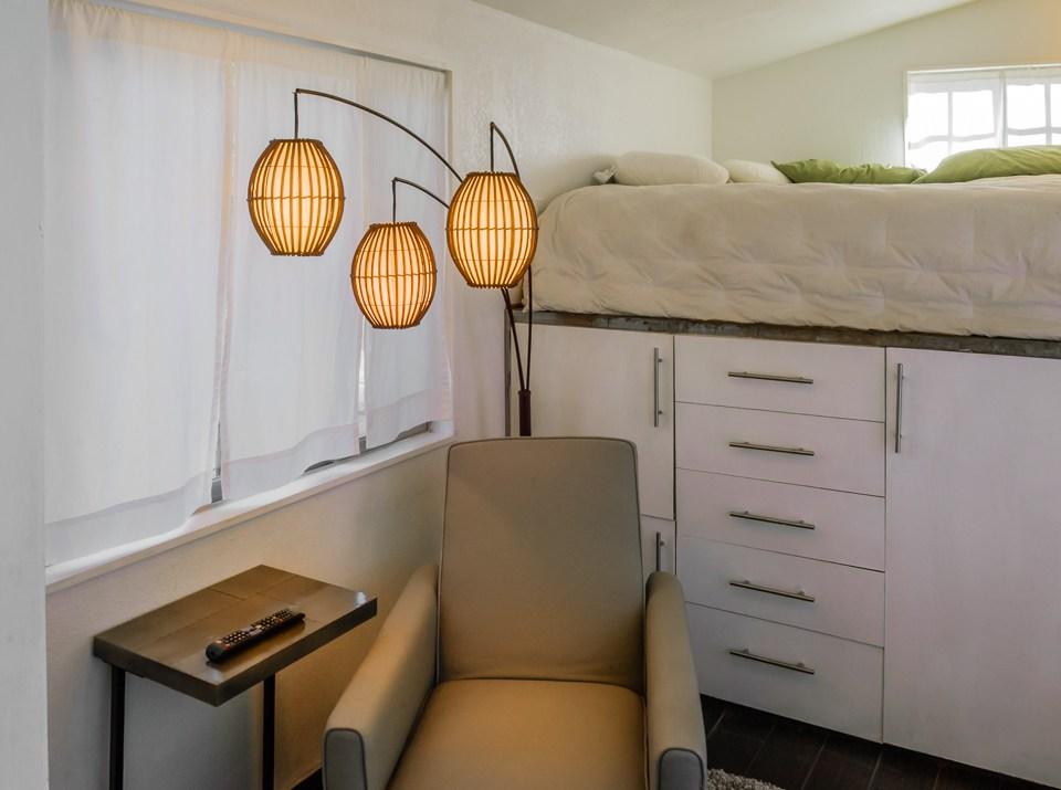 male kucice minimalisticki stil sofa