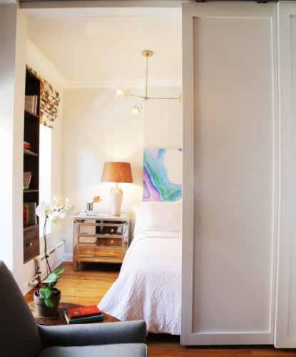 Manja spavaća soba sa kliznim vratima