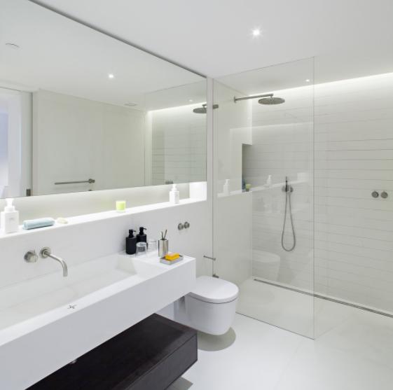 kupaonica s ogledalom osvijetliti tamnu kupaonicu