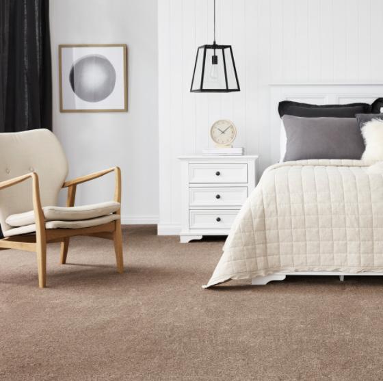 Lješnjak boja tepiha u spavaćoj sobi