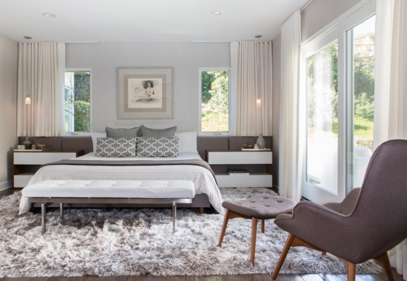 Čupavi sivi tepih u spavaćoj sobi