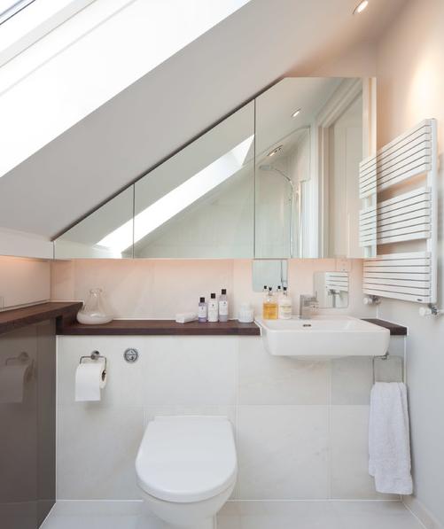 ogledalo i ormaric u kupaoni