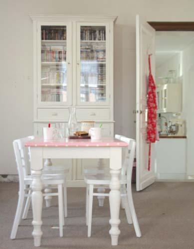 Uskladite nijanse zidova i stola u maloj blagavaonici