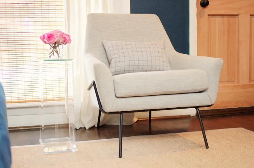 Bijela fotelja za predivnu kombinaciju namještaja