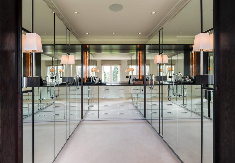 Ogledalo vizualno povečava prostor, pa isto tako i walk-in ormar