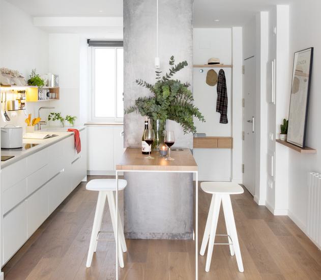 Stolice bez naslona vizualno povećavaju malu kuhinju