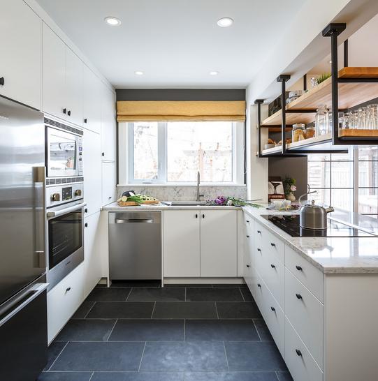 Bočni pogled na otvorene police u maloj kuhinji