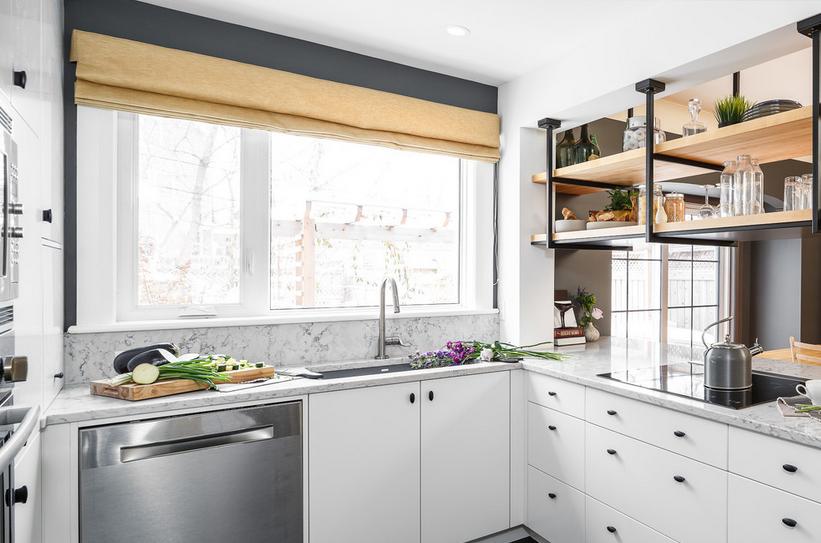 Mala kuhinja sa otvorenim policama