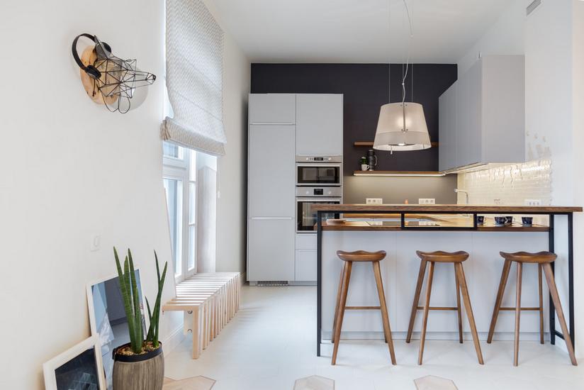 Kombinacija tamnih i svijetlih boja za malu kuhinju