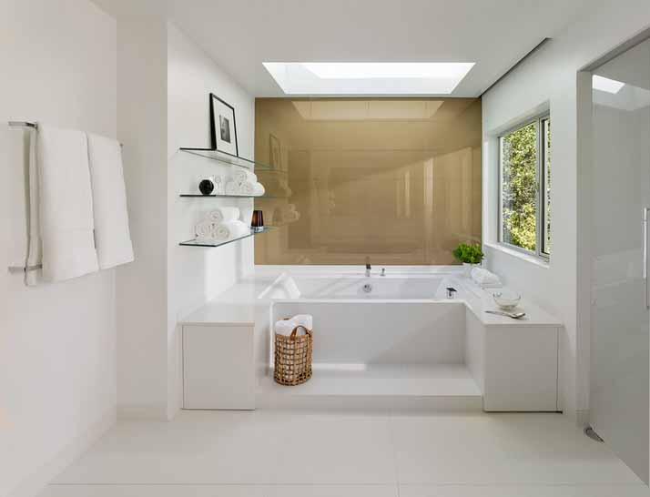 Bijela kupaona od keramičkih pločica