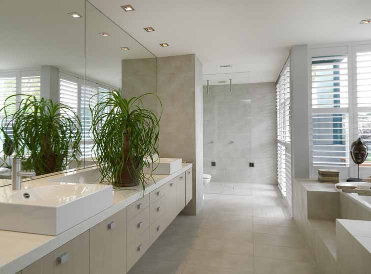 Moderan izgled kupaone s keramičkim pločicama