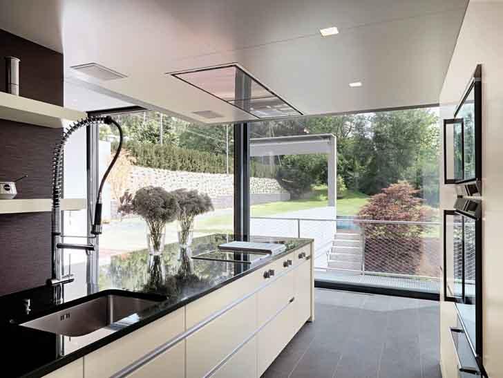 Kuhinja s porculanskim pločicama i otvorenim prostorom