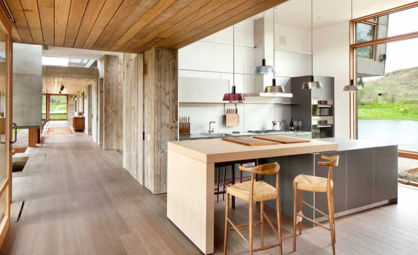Podovi od punog drveta u kuhinji