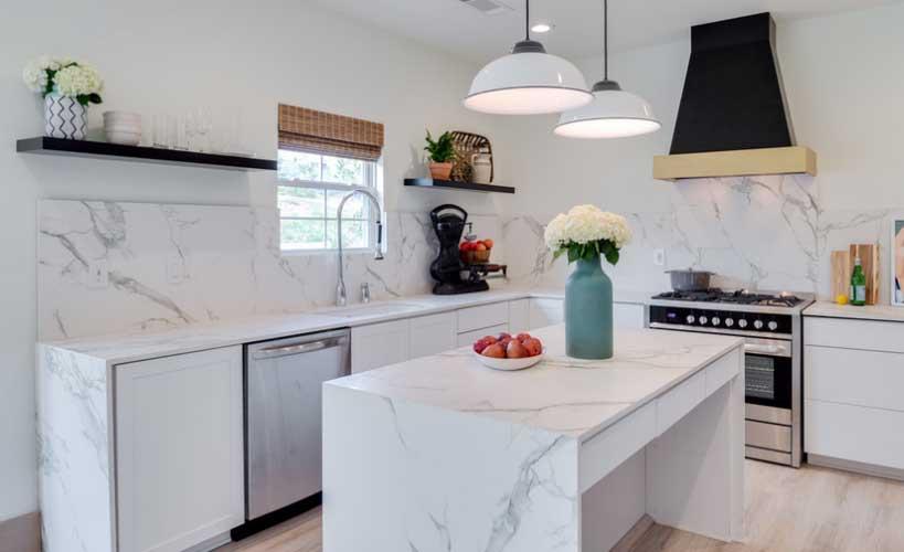 Bijela kuhinja sa podom od punog drveta