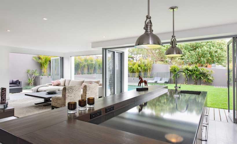 Ljetna kuća s podom od punog drveta