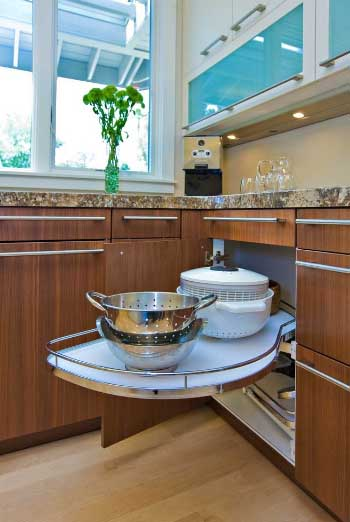 Kutni ormarić u kuhinju