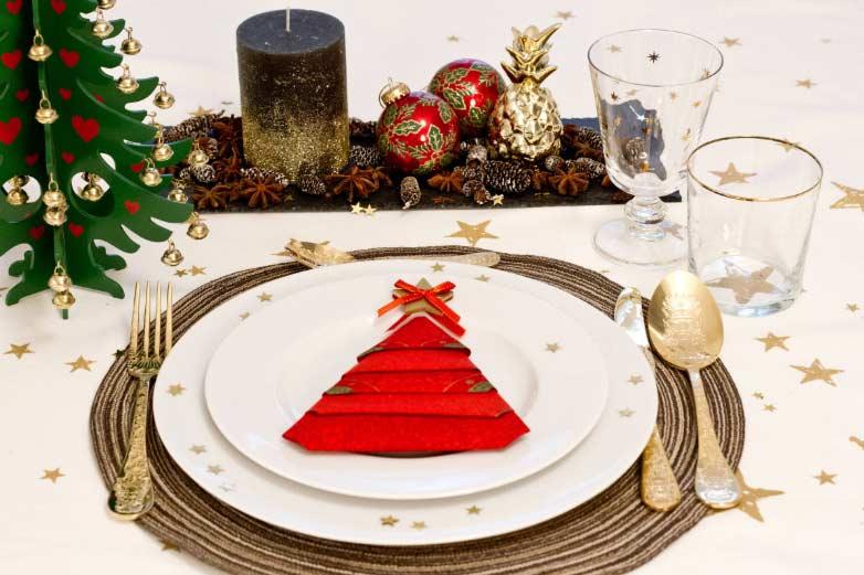 Božićno drvce od salvete na tanjuru