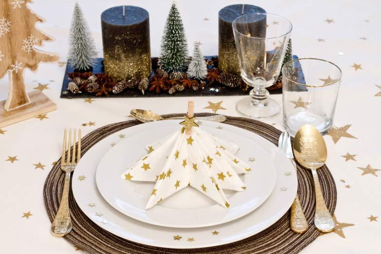 Božićno drvce od salveta na tanjuru