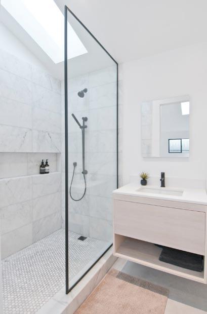 Staklena pregreda čini vašu kupaonicu vizualno većom
